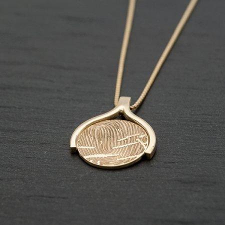 Gouden hanger met vingerafdruk gladde rand handgemaakt