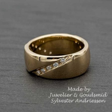 Brede gouden ring met briljantjes handgemaakt