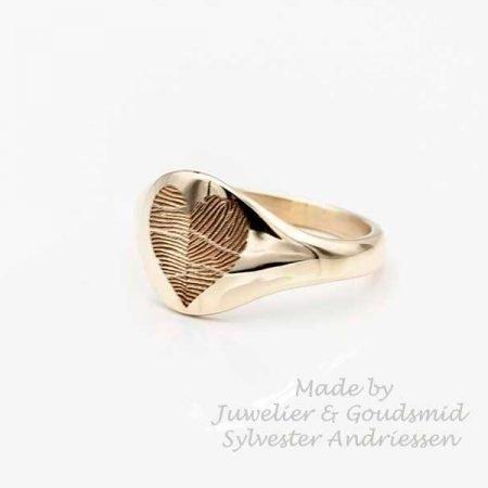Gouden zegelring met vingerafdruk als hartje