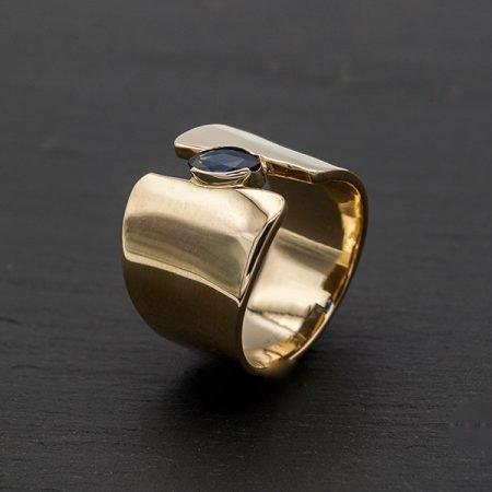 Moderne brede ring met steen gemaakt van oude sieraden