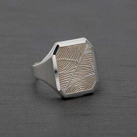 Zilveren zegelring met twee vingerafdrukken