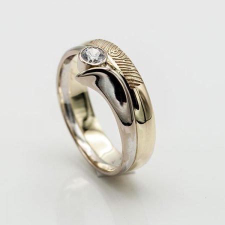 Gouden trouwring met vingerafdruk gemaakt van twee ringen