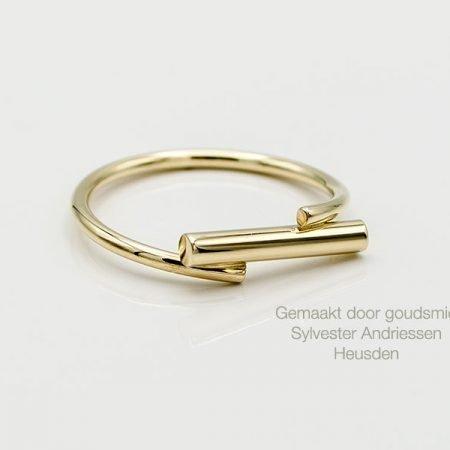 Moderne ring gemaakt van oude trouwring