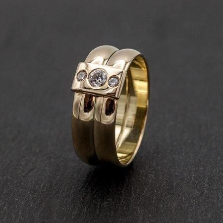 Brede gouden ring met steentjes