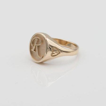 Gouden ring met letter, deze ring is getekend met de computer en gegoten, iedere letter mogelijk, ook zonder hartje aan zijkant