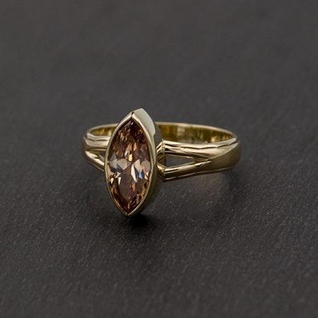 Trouwring-veranderd-ring-met-champagne-kleur-steen-en-as