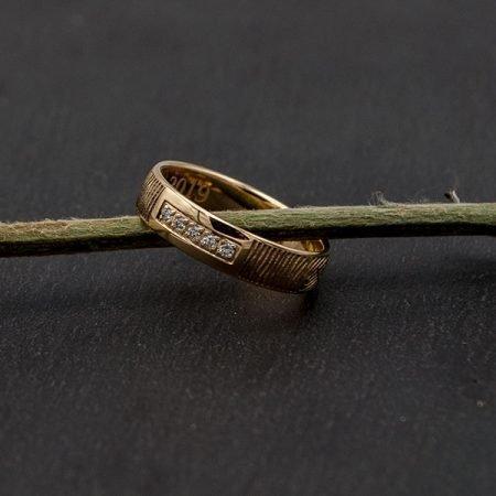 Trouwring-vermaakt-tot-een-nieuwe-ring-met-vingerafdruk-en-briljant