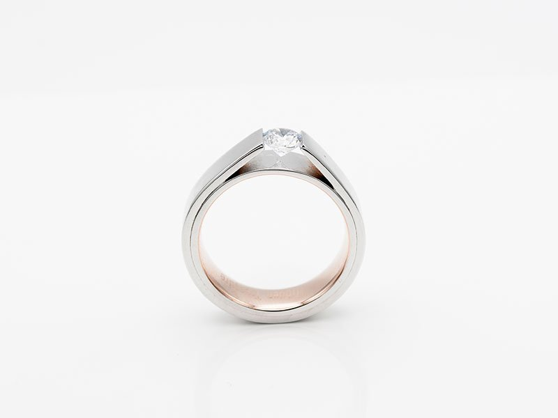 Witgouden-verlovingsring-met-grote-diamant