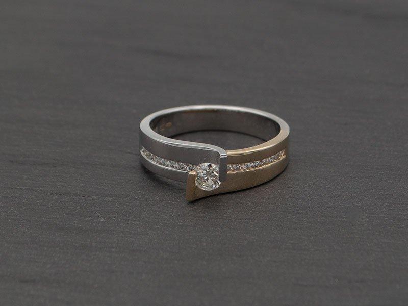 moderne-verlovingsring-veel-diamant