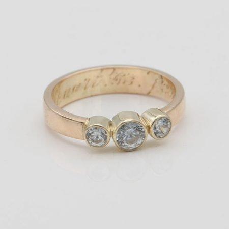 van oude trouwring een nieuwe ring gemaakt met drie steentjes