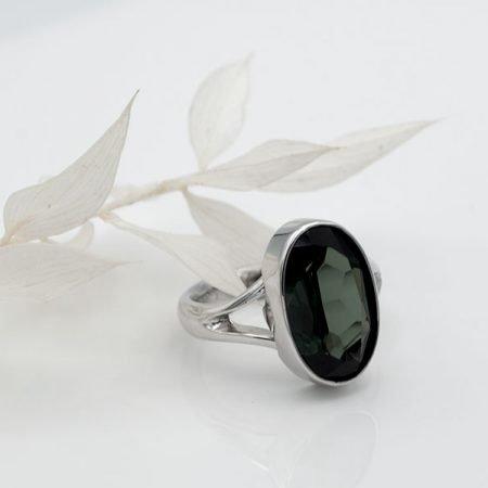 van oude trouwring nieuwe ring met groene steen gemaakt