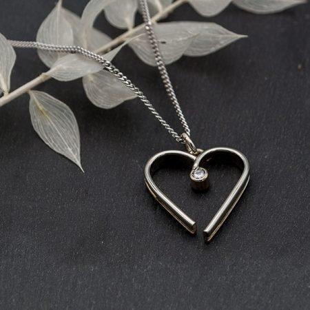 van trouwring een hanger gemaakt in vorm van open hart