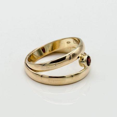 van twee trouwringen een nieuwe ring gemaakt met granaat
