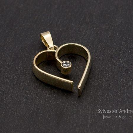 gouden hanger in de vorm van een hart gemaakt van een oude trouwring