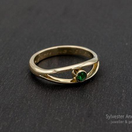 nieuwe ring gemaakt van oude trouwring met groene steen