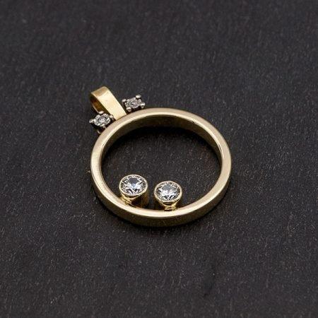 van trouwring hanger gemaakt met diamantjes en as