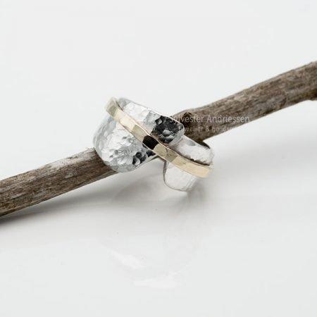 Zilveren ring met goud en hamerslag