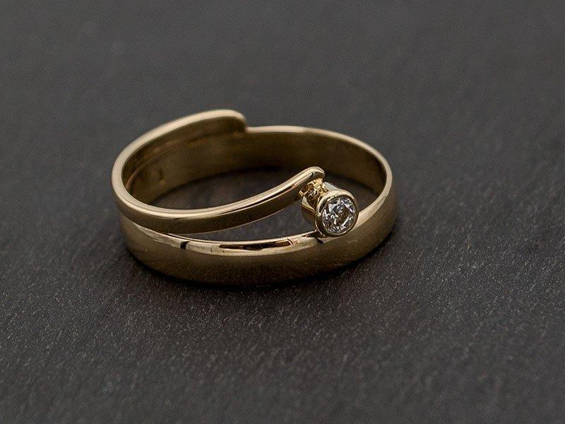 veranderen van een gouden trouwring