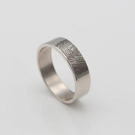 gladde ring met vingerafdruk