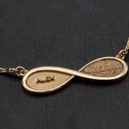 ketting met naam en vingerafdruk in infinity symbool