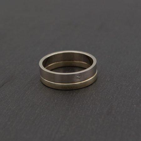 nieuwe ring gemaakt van een witgouden en geelgouden ring