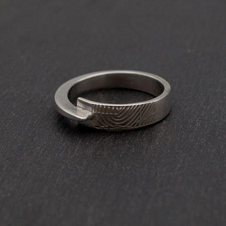 op een ring van nol sieraden een vingerafdruk gelaserd