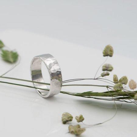 van bestaande trouwring een ring met hamerslag gemaakt