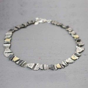 20147-bewerkt-grof-collier-zilver-en-goudkleur