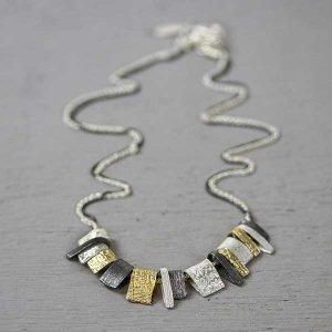 20420-zilveren-collier-met-goudkleurige-stukjes
