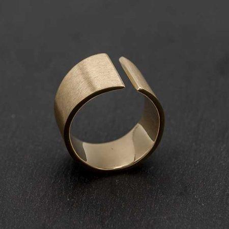 Moderne-brede-ring-gemaakt-van-oud-goud