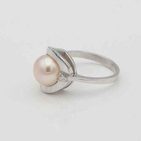 Witgouden-ring-met-parel-en-briljant