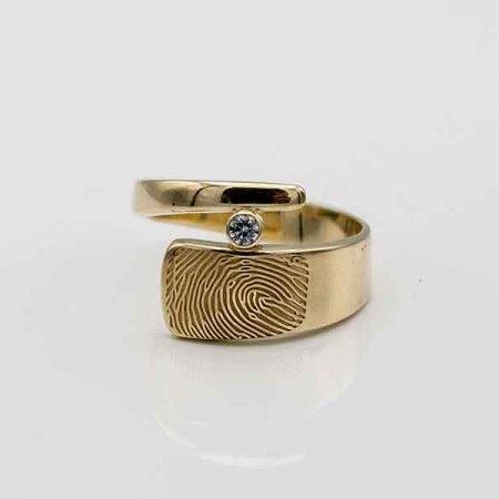 moderne-ring-met-vingerafdruk-en-briljant-