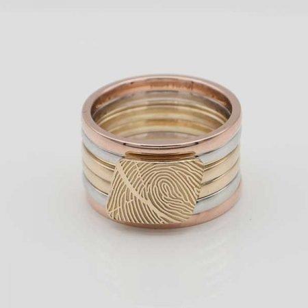 ring-in-drie-kleuren-goud-en-vingerafdruk