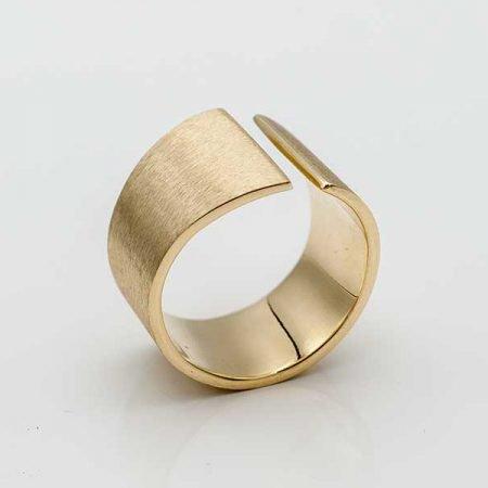 strakke-brede-ring-gemaakt-van-oud-goud