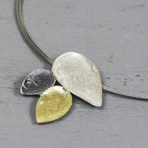 Hanger-in-de-vorm-van-een-blad-in-drie-kleuren-zilver,-donker-zilver-en-verguld-20043