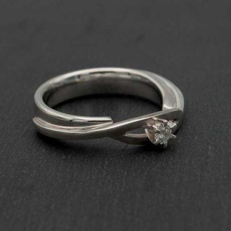 Witgouden-ring-met-1-steen-aparte-zetting-laten-maken-door-goudsmid