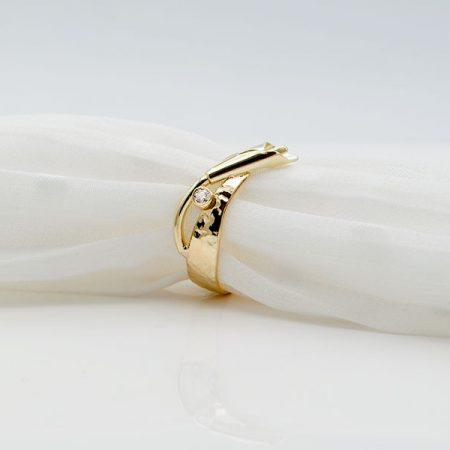 nieuwe ring gemaakt van oude trouwring met hamerslag en bloem