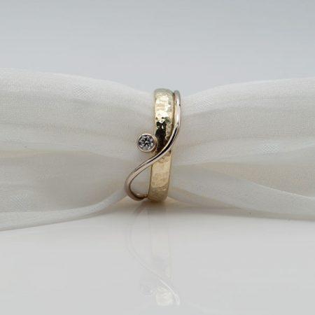 ring met hamerslag gemaakt van oude trouwring