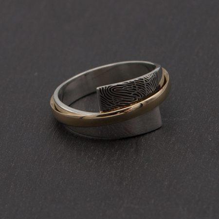 Moderne-ring-van-zilver-en-goud-met-vingerafdruk