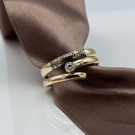 ring met vingerafdruk gemaakt van trouwringen
